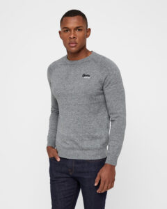 grå superdry sweater på mørk model