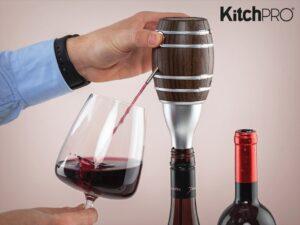 Mand der hælder glas vin op fra vinilter