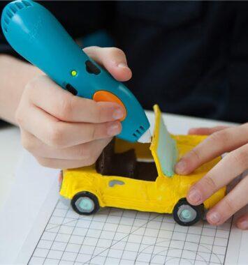 Barn 3D tegner gul bil