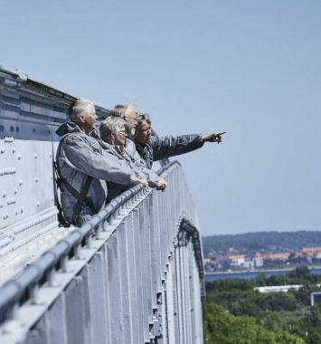 Mennesker der står på lillebæltsbroen