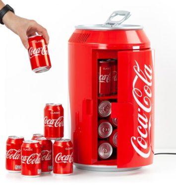 Rødt Coca Cola køleskab formet som en Cola