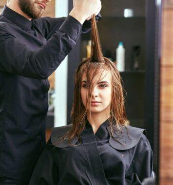 kvinde hos frisøren