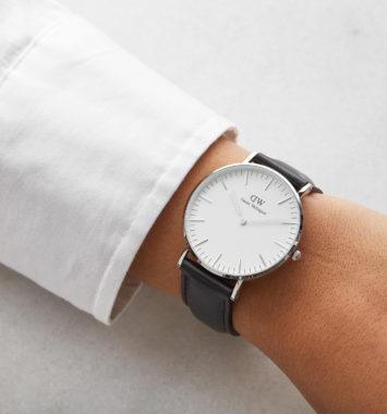 Klassisk ur med sort læderrem