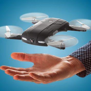 Drone med hånd der løfter den