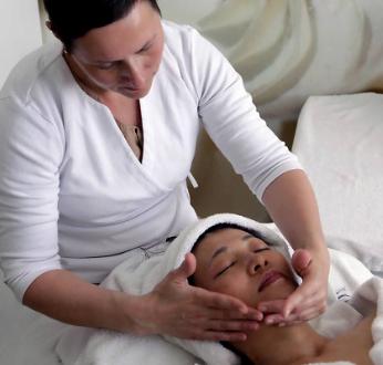 Kvinde der får ansigtsmassage