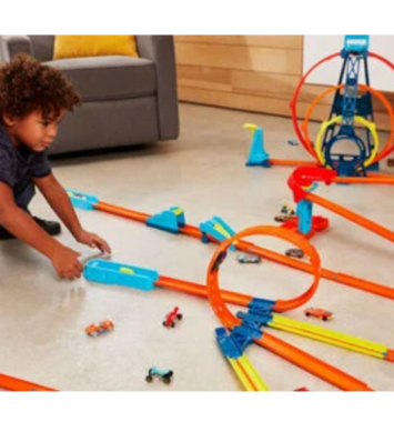 Barn der leger med hotwheels