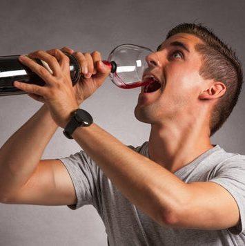 Sjov vinflaske med et glas