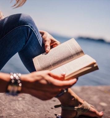 Kvinde læser bog