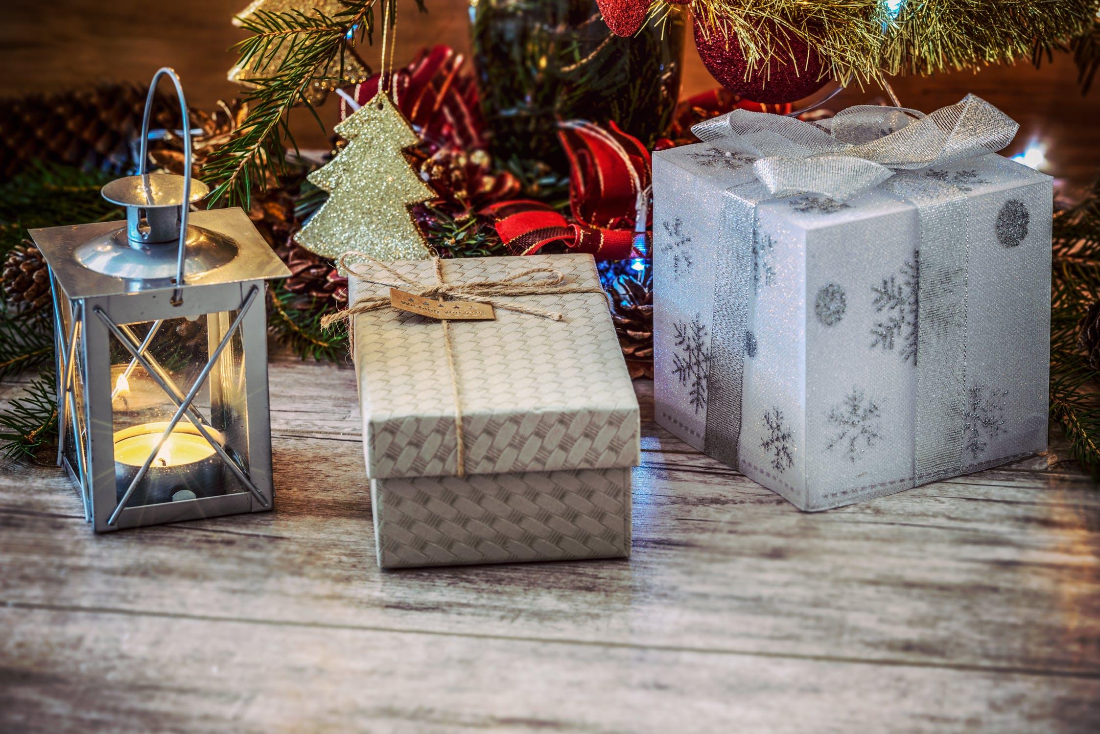 gaver og lanterne ved juletræet