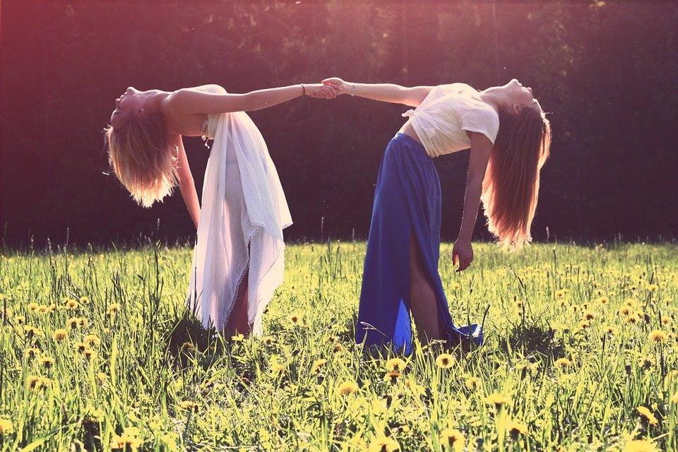 venindepar på en mark hånd i hånd