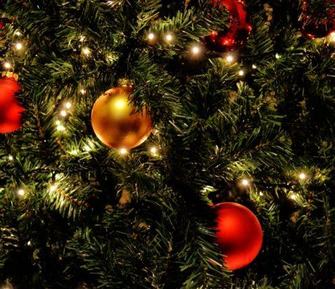 julekugler på et juletræ