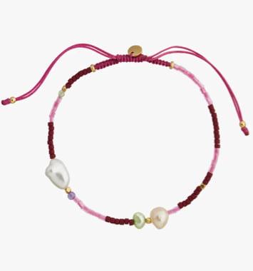roedt armbaand med perler